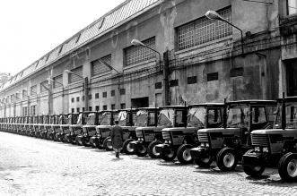 Gotovi traktori ispred tvornice Torpedo čekaju na isporuku