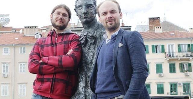 Juraj Marko Žerovnik i Ville Matvejeff uz Kamovljevu skulpturu